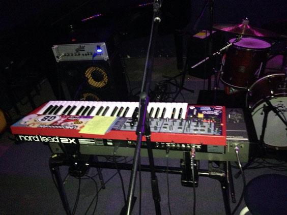 ナホちゃんのダブルキーボード。今回のステージでは、くみんこちゃんも下のキーボードを弾くシーンも!