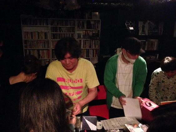 MORレーベル代表、田中さん。物販大盛況で大忙し!