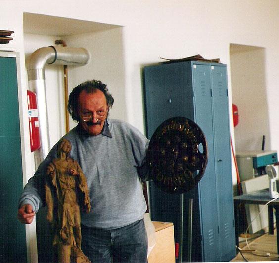 Ivan Zerjavic mit der bronzenen Centrum-Mundi Plakette für den Einlass zu Weltmittelpunkt in Ludbreg, Kroatien