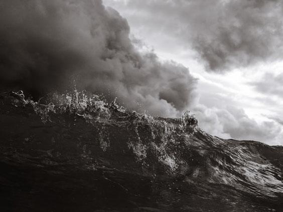 La mer caractérisée par le mouvement, l'instabilité, l'agitation, le déchaînement des vagues tumultueuses désigne, dans la Bible, les multitudes composées de nombreux peuples, foules, nations, langues, les masses agitées des humains éloignés de Dieu.