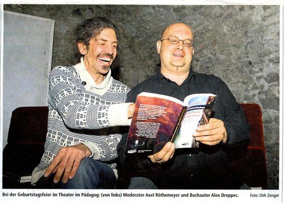 Bei der Geburtstagsfeier im Theater im Pädagog: v. l. Moderator Axel Röthemeyer und Buchautor Alex Dreppec (Foto: Dirk Zengel)