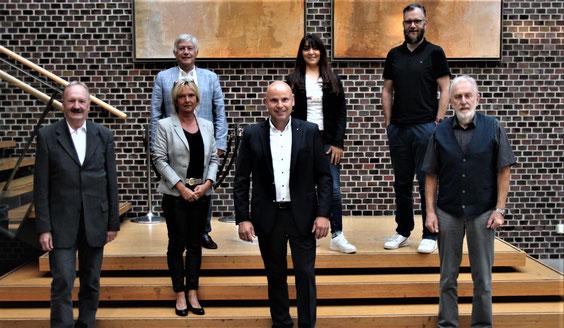Fraktionsvorsitzender Heinrich Dannenbrink (hinten links) und Parteivorsitzender Björn Giesler (hinten rechts) mit den Spitzenkandidaten Klaus Hasselhorst, Silke Häusler, Peter Hahne, Nesrin Odabasi und Rolf-Günther Traenapp Quelle: Helmut F. Busjahn
