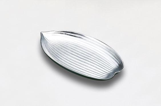裏面をみどり色に 清涼感を表現した笹型の銀箔盛皿です