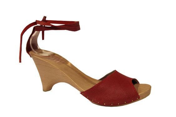 Sandale à talon bois, chaussure artisanale de ville modèle Hortense, réalisée par les sabots d'isa à saint-bertrand-de-comminges