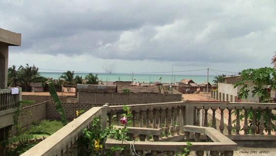 Vue prise de la paillote, au 1er étage, ou nous pouvons prendre les repas. La plage à 100 mètres. Photo de Février 2011