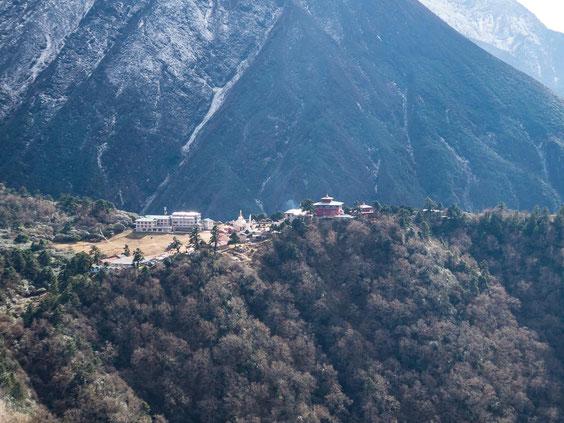 Auf dem Plateau auf der anderen Seite ist der Ort Tengboche zu erkennen