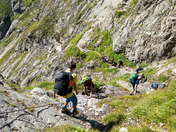 Trittsicher kraxelten die Teilnehmer*innen die Felswand hinunter.