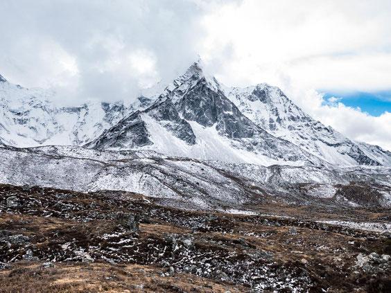 Direkt von uns die 6.856 Meter hohe Ama Dablam