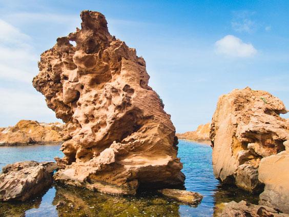 Ich liebe diese zerklüfteten Felsen, die aus dem Meer ragen