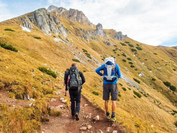 Die Wege schlängeln sich bei dieser Etappe wunderschön immer an den Bergen entlang - nicht schwierig, was sich die nächsten Tage ändern wird.