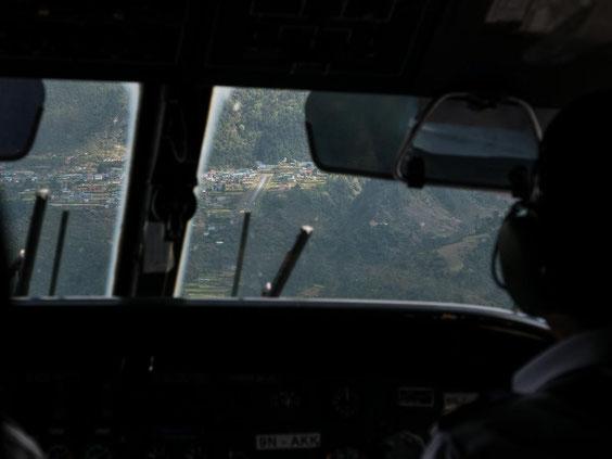 Die kleine Landebahn von Lukla ist in Sicht