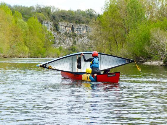 Bei der T-Bergung schiebt man das gekenterte Kanu über sein eigenen Boot, leert somit das Wasser aus und schiebt es dann wieder in das Wasser zurück. Anstrengend auf jeden Fall, aber es funktioniert.