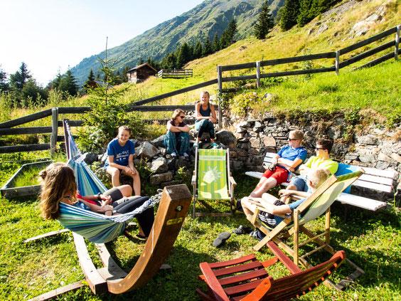 Mega gemütlich ist es vor der Ludwigsburger Hütte in den Hängematten und Liegestühlen.