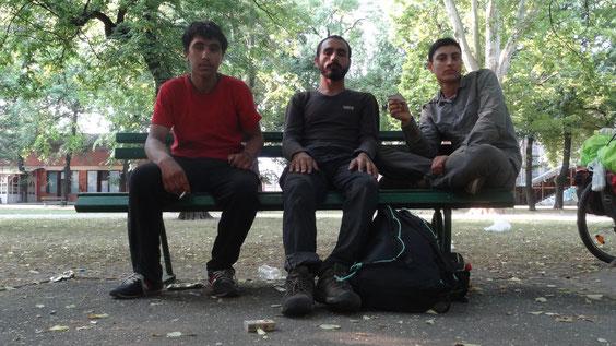 (Bild: drei Fluechtlinge aus Afghanistan, vier Monate on the road, Ziel: Deutschland)