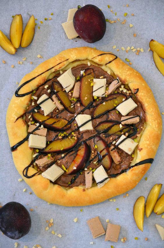 Schokoladenpizza mit Pflaumen und Krokant-Nuss-Topping (vegan)