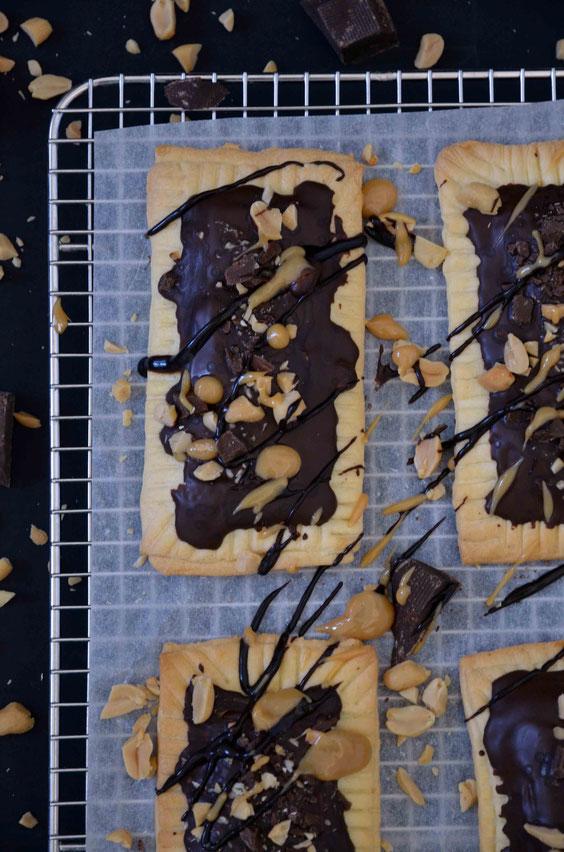 Poptarts mit Erdnussfüllung und Schokoladen-Erdnuss-Karamell-Topping, vegan
