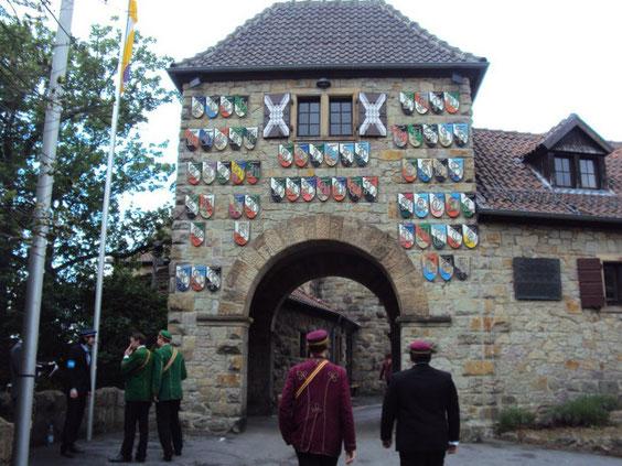 Eingangstor zur Wachenburg mit den Wappen der Mitgliedcorps