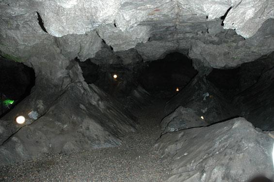 Säulenhalle - Die 2,3km Ganglänge,  8.740m² Grundfläche und ein Volumen von 23.000m³ umfassende Kalkberghöhle (eine sog. Laug- und Sickerhöhle) ist ein Beispiel für die Verkarstungsvorgänge im Segeberger Untergrund