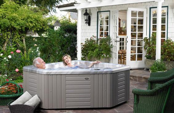 installation petit spa extérieur, modèle Aventine habillage Gris Cotie et coque Champagne