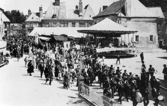 La procession passant sur la place Jehan d'Alluye en 1928