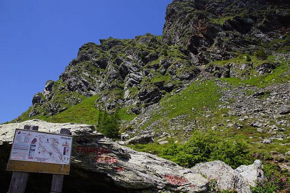 Hinweistafel zu den Klettersteigen