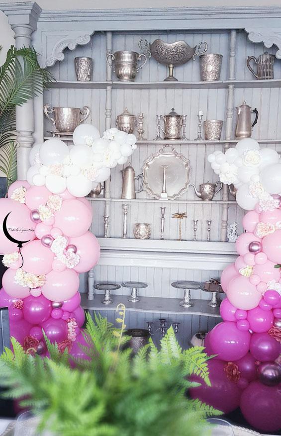 colonne di palloncini rosa bianche e fucsia con fiori