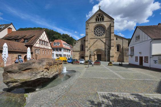 2019,  Kirchplatz mit Brunnenstein und Abteikirche. Bild: Thomas Lierke (Trier)