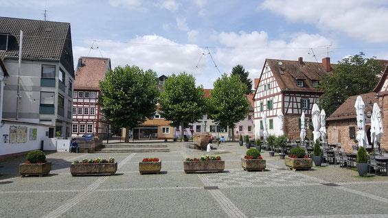 2020,  Kirchplatz mit Brunnenstein. Bild: H. Forsch