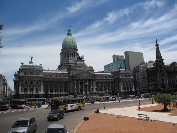 Und hier tagt das argentinische Parlament und debattiert zurzeit darüber, wie es ihr hoch verschuldetes Land retten kann. Die reichen Tage sind nämlich schon lange vorbei! Das Gebäude wurde übrigens nach dem Vorbild des Kapitols in Washington gebaut.