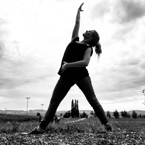 das Yogamami in der Asana Triangle, aktuelle Pose für die #yogaforourmentalhealth Challenge auf ihrem Instachanel