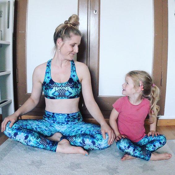 Yogamami und Yogakid zu Hause am Yogalen
