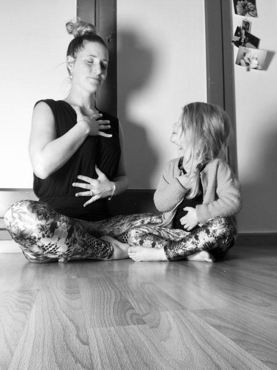 Yogamami und Yogakid am Atem beobachten, einfacher Start für die Kinder mit Meditation zu beginnen