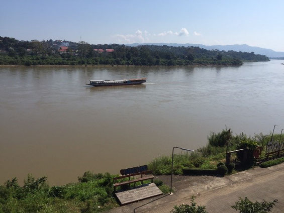 脱北難民も利用するメコン河。手前がタイ側、対岸がラ オス側