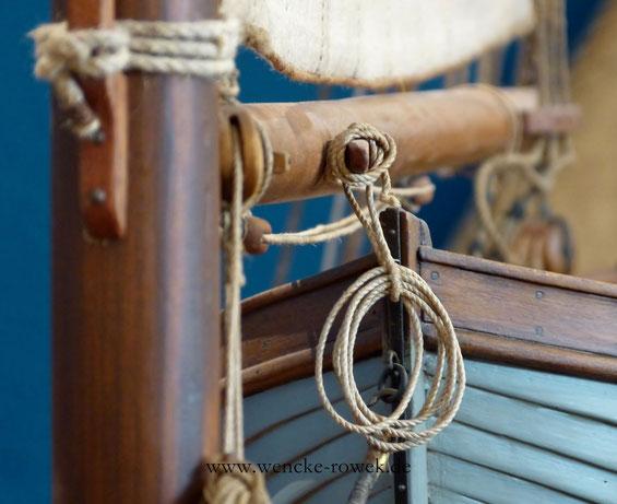 Taue, Mast und Rettungsboot eines Ewers