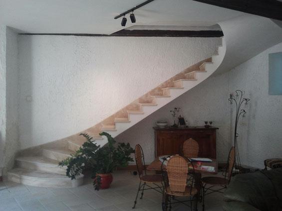 Escalier deux quart tournant en pierre de Beaunotte vieilli et plinthe rampante