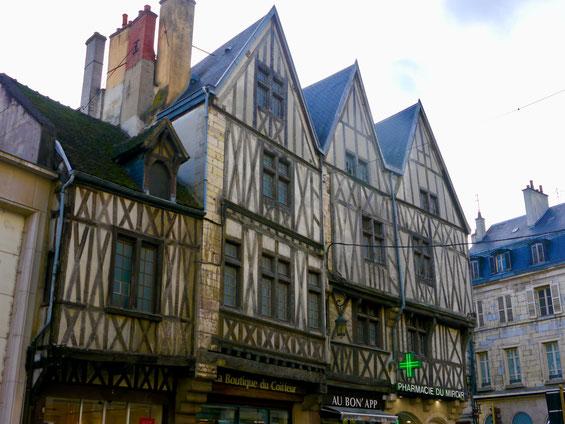 Frankreich, Dijon:typisch französiches Fachwerkhaus aus dem 17. Jahrhundert