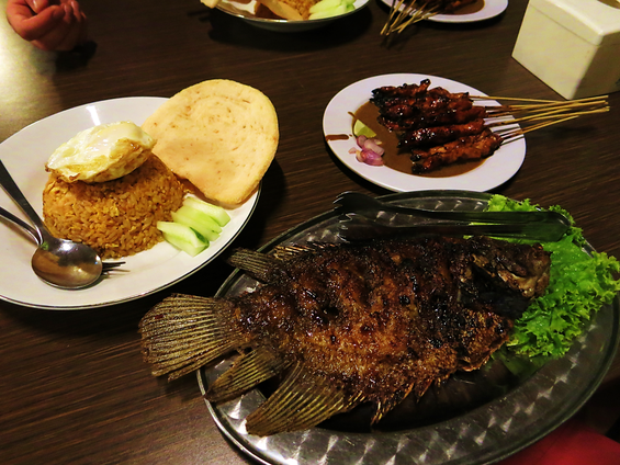 Gebratener Fisch, Saté-Spieße mit Reis und Krupuk