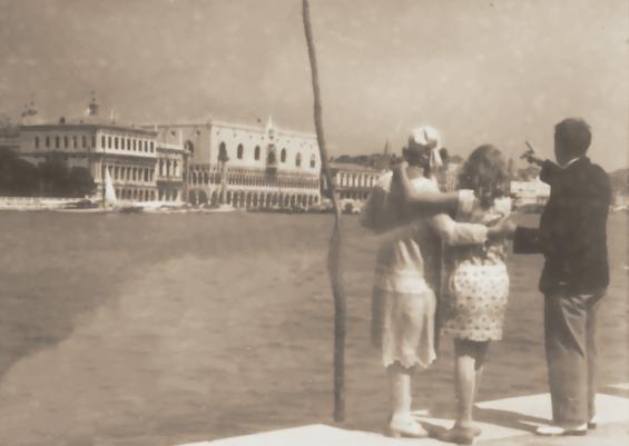 Historisches Foto: Erwin Bowien (ganz rechts) 1929 in Venedig, zusammen mit seiner ersten großen Muse – Frieda Enzenross (ganz links mit Kopftuch).