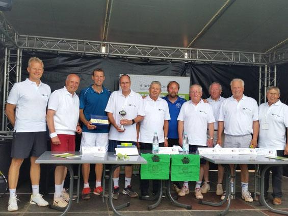 """Der Hessische Innenminister Peter Beuth (4. v.l.) kam zweimal zu den Marburg Open unter anderem spielte er mit Patrik Kühnen bei """"Politik trifft Tennis"""""""
