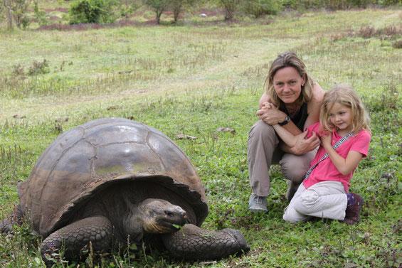Uli Falk-Neubert mit Tochter und Riesenschildkröte im Hochland von der Galápagos Insel Santa Cruz