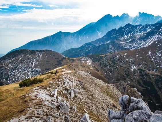 """Im Hintergrund erkennt man die Berge der """"Hohen Tatra"""", durch die wir ab morgen wandern werden."""