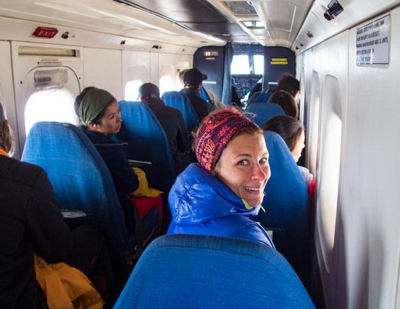 Mit gerade mal 14 Personen saßen wir in der kleinen Propeller Maschine zurück nach Kathmandu