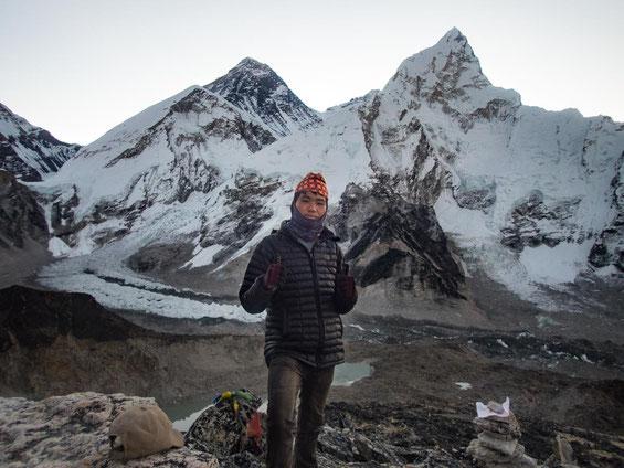 Dil ist happy, ebenfalls mit uns auf dem Kala Patthar zu stehen. Zur Feier des Tages, setzte er extra die traditionelle nepalesische Kopfbedeckung auf.
