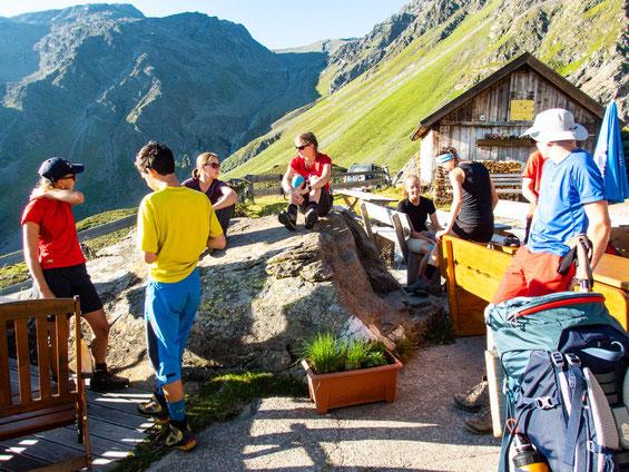Morgens vor der Frischmannhütte - alle versammeln sich.