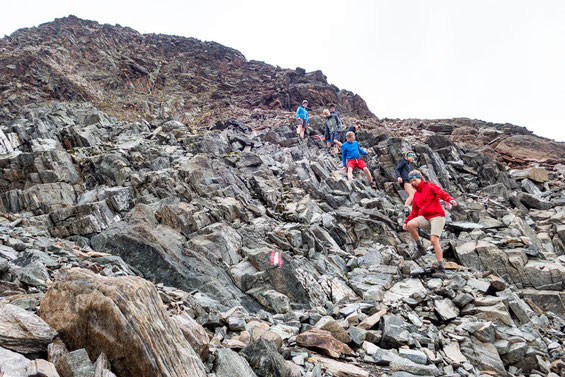 Abstieg vom Luibiskogel, wie man erkennen kann auf relativ losem Gestein.
