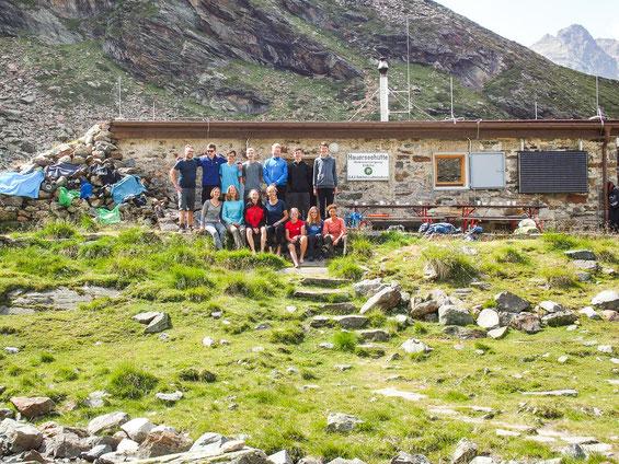 Ein Gruppenfoto vor dieser besonderen Hütte durfte natürlich nicht fehlen.