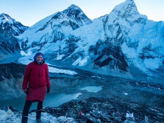 Dick eingepackt auf dem Gipfel. Unter mir befindet sich der gewaltige Khumbu-Gletscher, mit Mount Everest und der Lhotse-Nuptse Flanke.