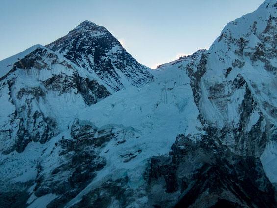Der Berggipfel im Hintergrund ist tatsächlich der Mount Everest - wer hätte das gedacht?