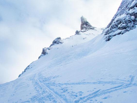 Am Hang weiter oben kann man bei genauem hinschauen ein paar Skitourengeher erkennen. Ganz schön steil da oben.