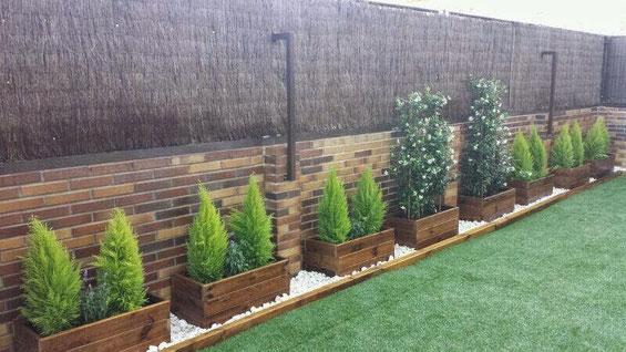 Terraza con cesped y jardineras jardineras de madera for Jardineria barata barcelona